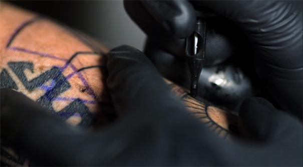Increíble video de un tatuaje en cámara lenta