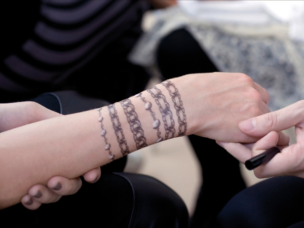 Tatuajes de brazaletes para adornar tu muñeca