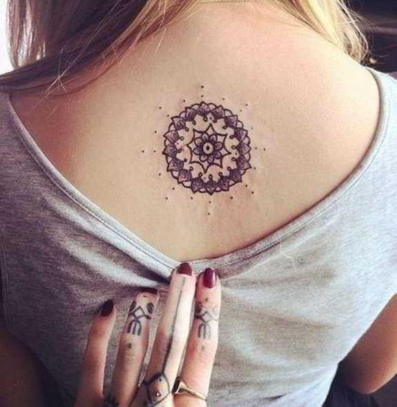 7 sutiles tatuajes para la espalda-5