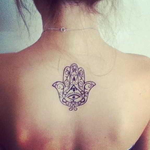 7 sutiles tatuajes para la espalda-7