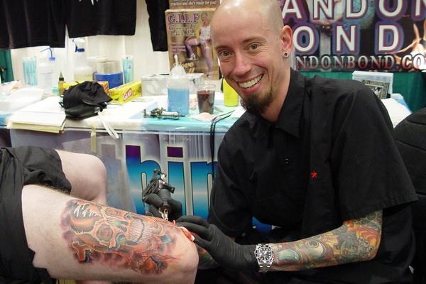 Tatuadores-caros-Brandon-Bond